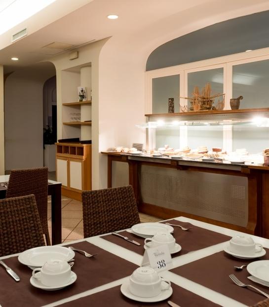 Tavolo apparecchiato nella sala colazione