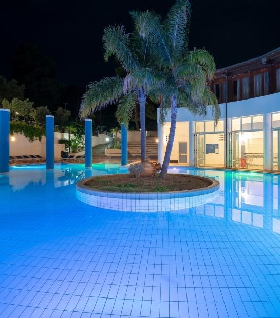 Ampia piscina pensata per il divertimento