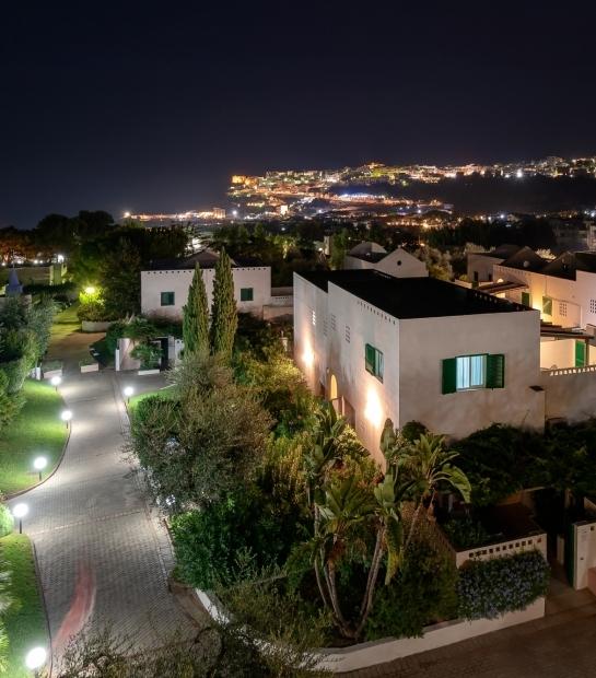 Panorama notturno dell'hotel con Peschici sullo sfondo