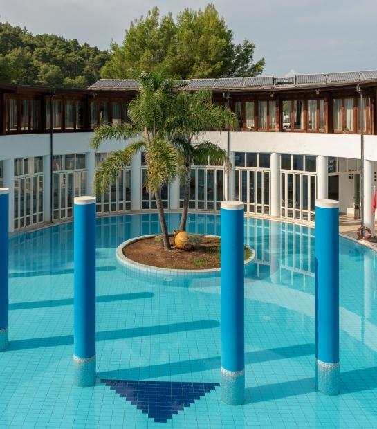 Colonne decorative nella piscina
