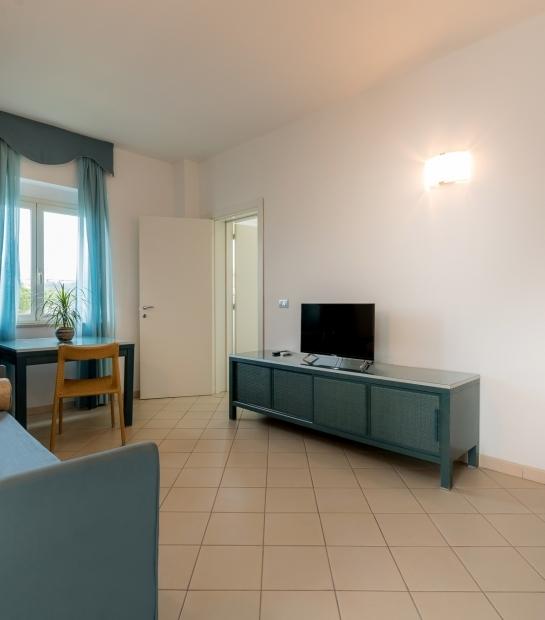 Panoramica sul soggiorno con divano e tv